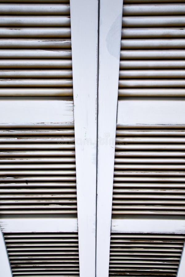 Cortinas de janela no besnate concreto fotografia de stock