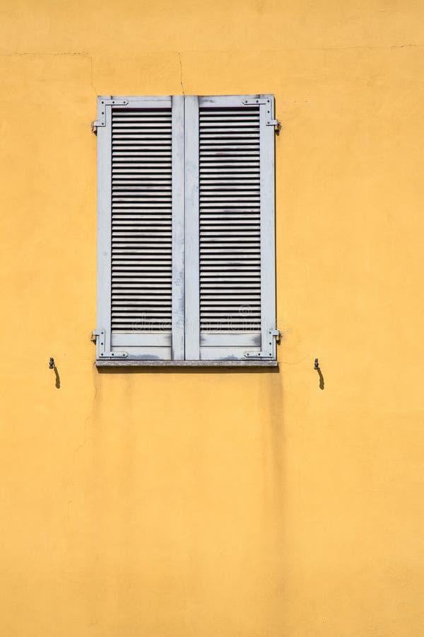 cortinas de madeira da janela do besnate no concreto imagens de stock royalty free