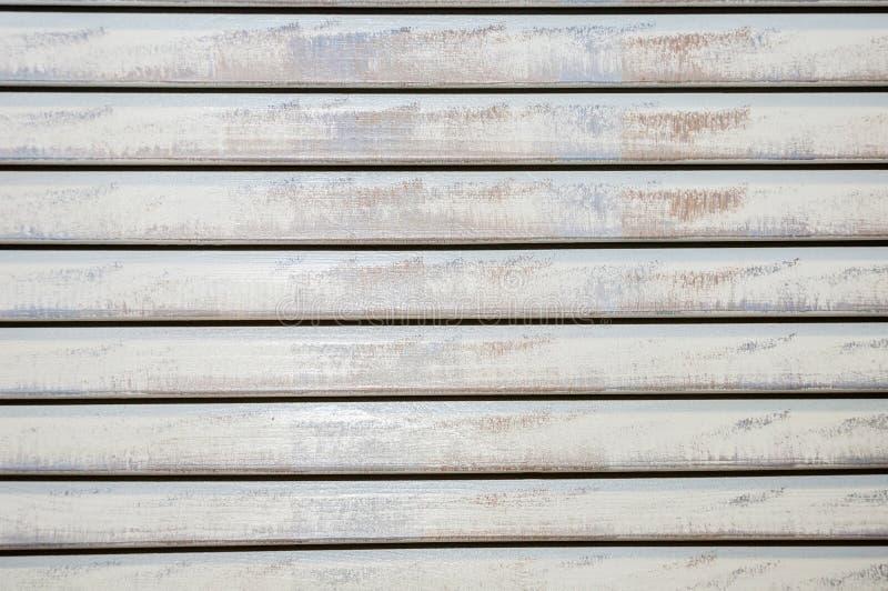 Cortinas de madeira longo-pintadas horizontais gastos fechados velhas fotos de stock