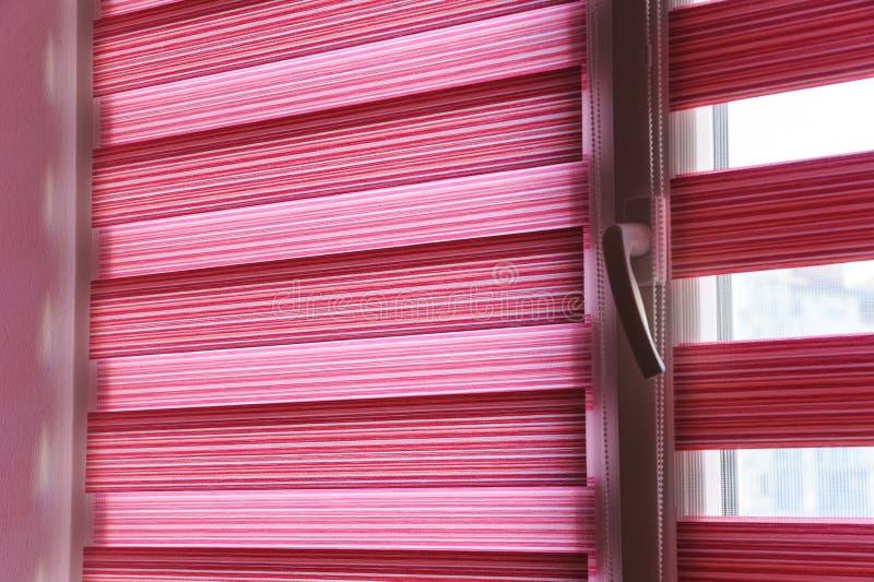 Cortinas de rolo da tela na janela foto de stock