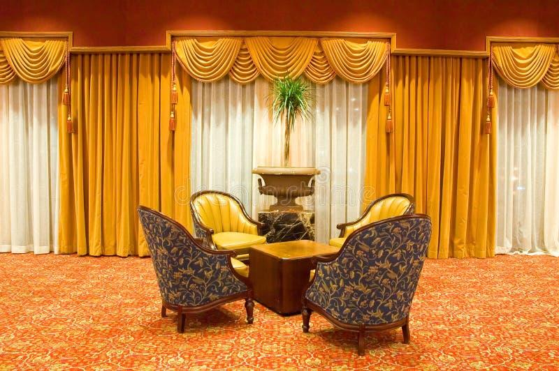 Cortinas e cadeiras drapejadas imagens de stock royalty free