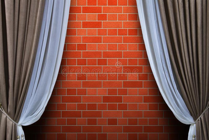 Cortinas e parede de tijolo imagem de stock