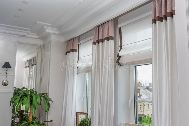 Cortinas en el interior, decoración interior de la cortina en sala de estar foto de archivo