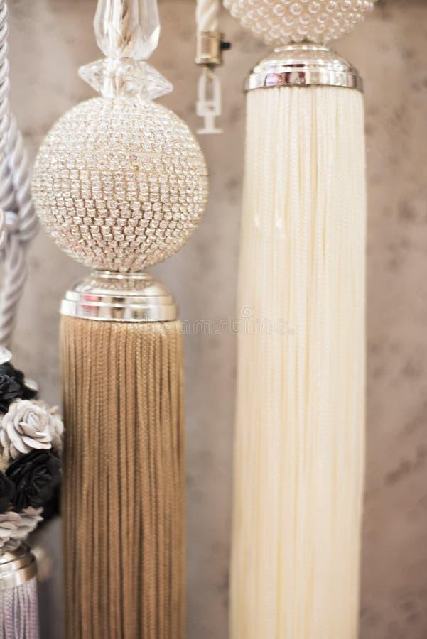 Cortinas hermosas accesorias Ciérrese para arriba de las borlas para la cortina foto de archivo