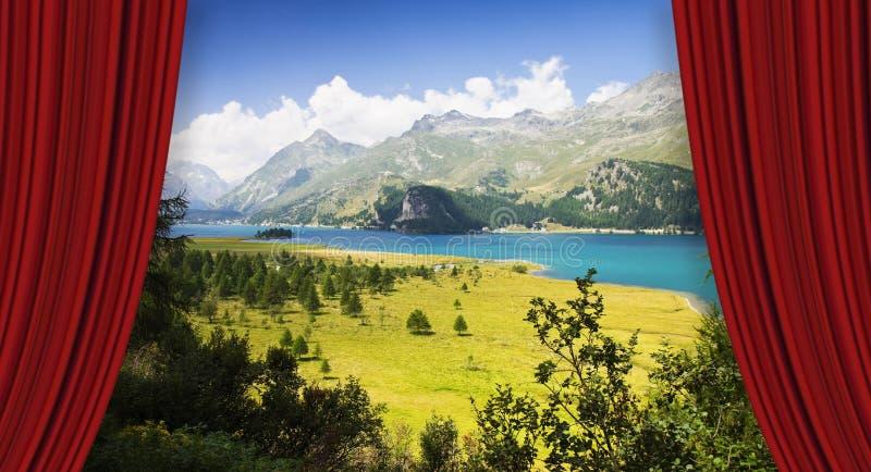 Cortinas rojas del teatro abierto contra el lago sils en el valle superior de Engadine en un día de verano Europa - Suiza - image foto de archivo