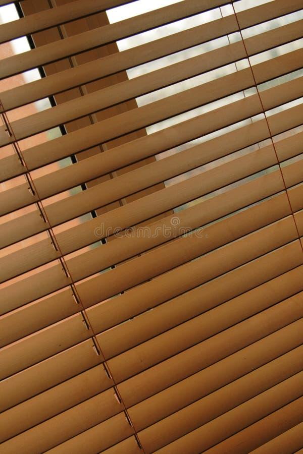 Cortinas venetian de madeira foto de stock royalty free