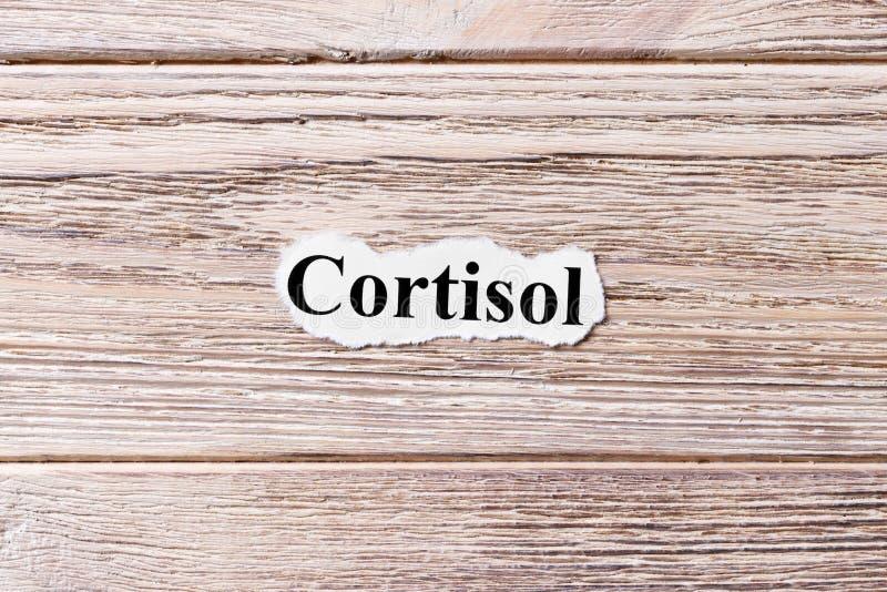 Cortisol du mot sur le papier Concept Mots de cortisol sur un fond en bois images libres de droits