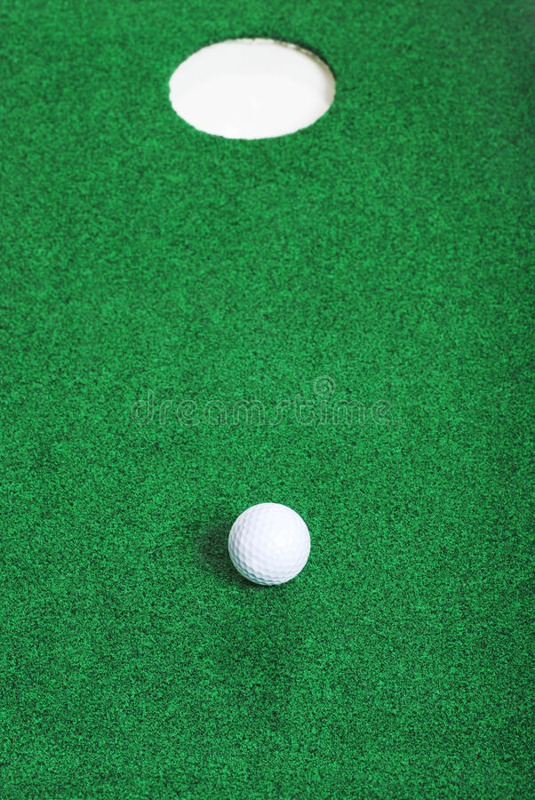 Cortocircuito de la pelota de golf del agujero fotos de archivo libres de regalías