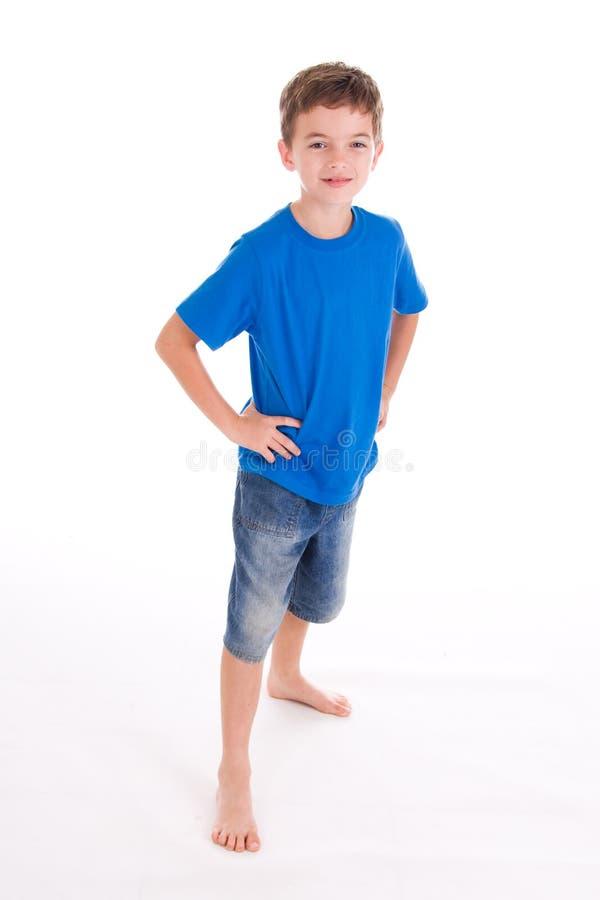 Cortocircuitos que desgastan sonrientes del muchacho imagen de archivo