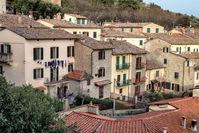 Cortona se dirige cerca de las paredes de la ciudad, Toscana imágenes de archivo libres de regalías