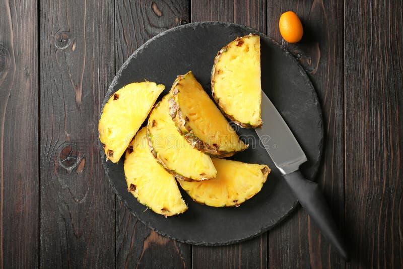 Cortou o abacaxi fresco na placa da ardósia fotografia de stock