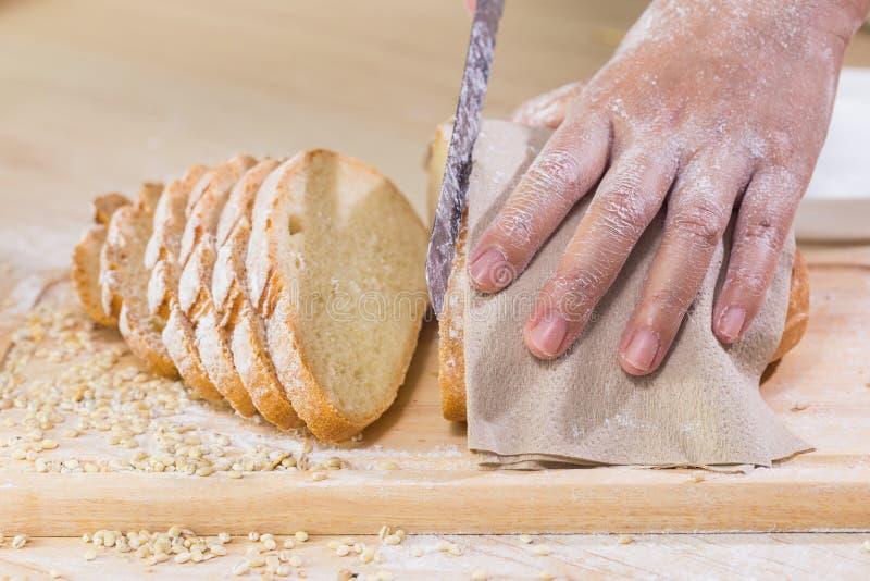 Cortou o pão rústico fresco imagem de stock