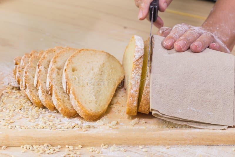 Cortou o pão rústico fresco foto de stock royalty free