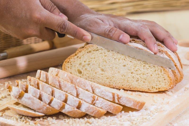 Cortou o pão rústico fresco imagem de stock royalty free