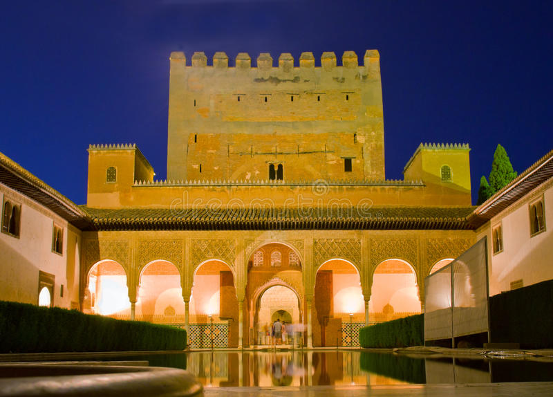 Cortyard d'Alhambra la nuit, Grenade, Espagne images libres de droits