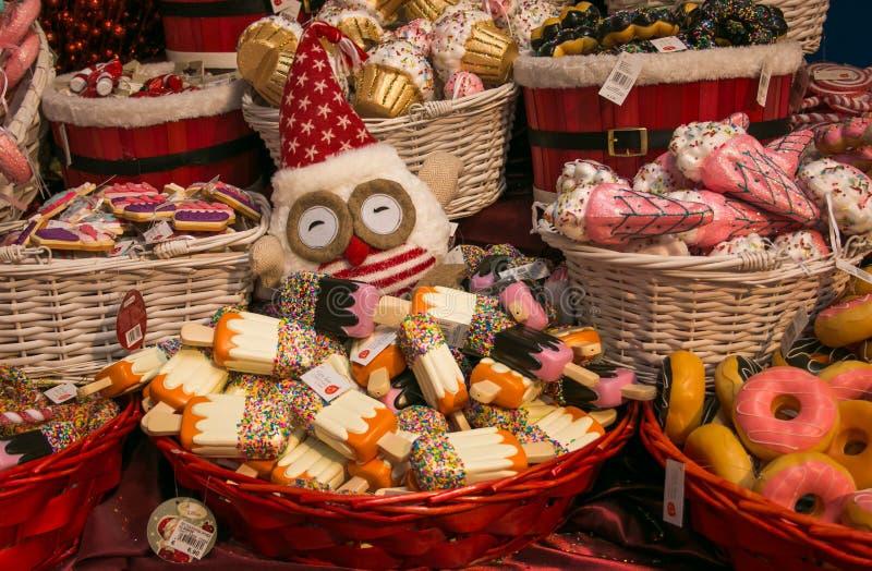 Coruja com o chapéu de Santa na cesta com o bolo no interior da loja do Natal imagem de stock