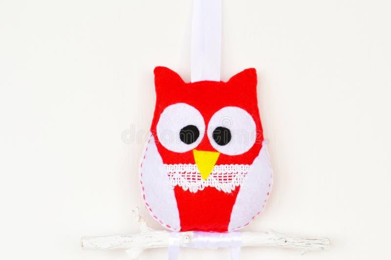 Coruja sentida vermelha e branca no ramo de madeira Composição para o dia do ` s do Valentim imagens de stock royalty free