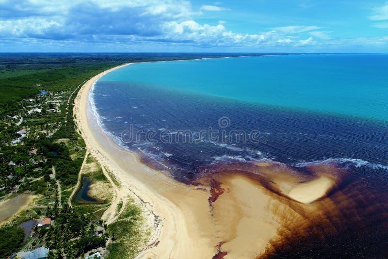 Corumbau, Bahia, Brazilië: Weergeven van mooi strand met twee kleuren van water stock fotografie