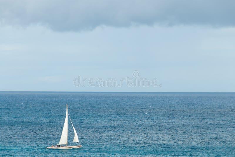 Corvetta di navigazione nella V caraibica fotografie stock