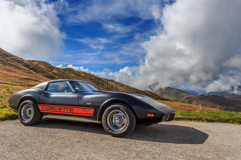 Oldtimer Corvette in Passo Giau in the Dolomites royalty free stock photos
