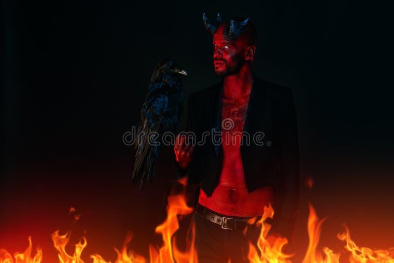 Corvo e demônio pretos fotografia de stock