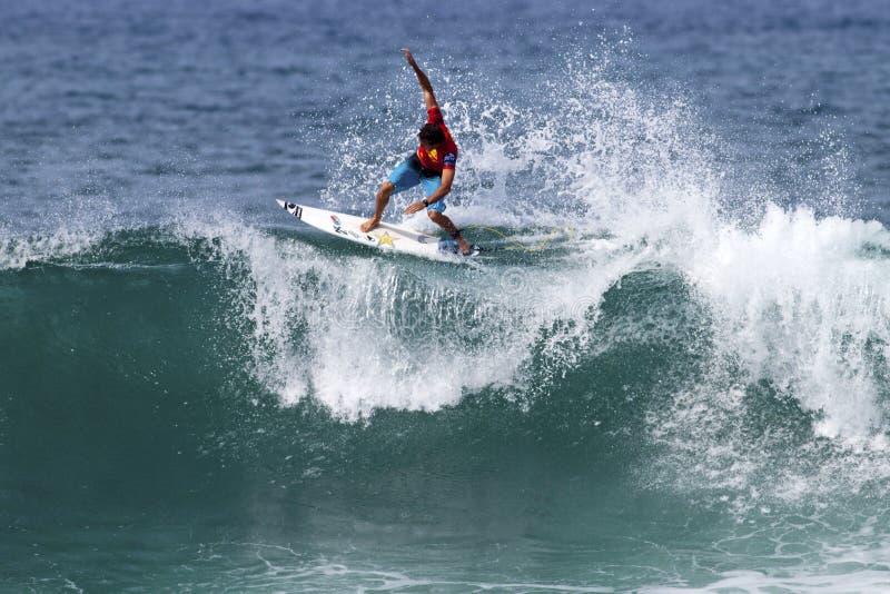 Cory Lopez dat in de Drievoudige Kroon Hawaï surft stock foto's