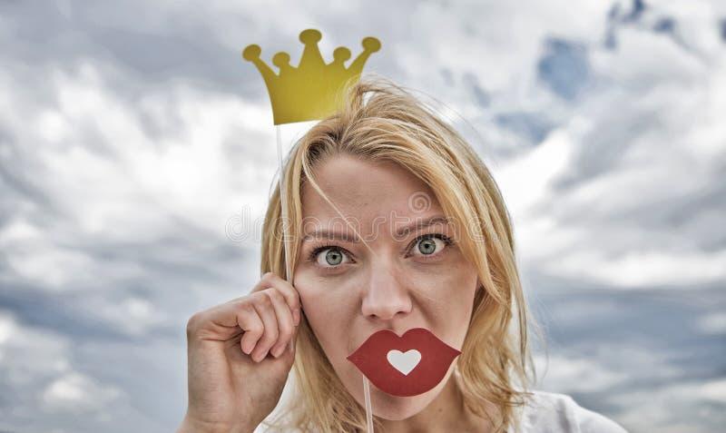 Cos? buon essere regina Posa di principessa di signora allegra con la corona gialla Sogno di ogni ragazza da trasformarsi in in r fotografia stock libera da diritti