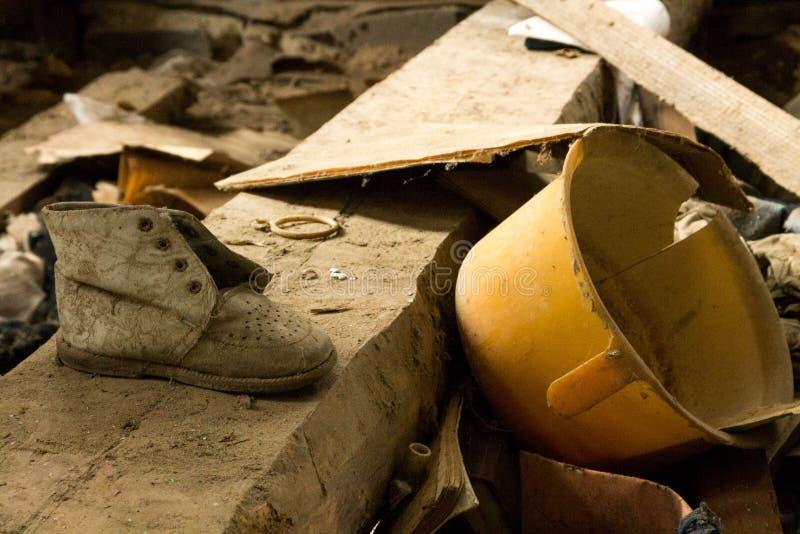 Cosas del bebé en una casa abandonada chernobyl ucrania foto de archivo