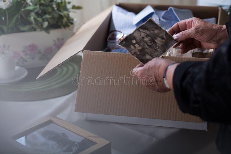 Cosas del embalaje de la viuda del marido imagenes de archivo