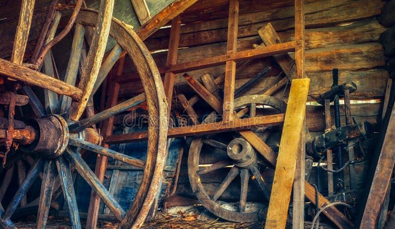 Cosas del vintage en el granero del país viejo foto de archivo