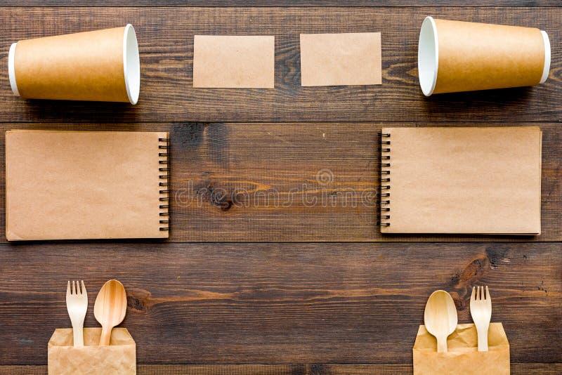 Cosas disponibles El vajilla y el cuaderno en la opinión superior del fondo de madera copian el espacio imagen de archivo