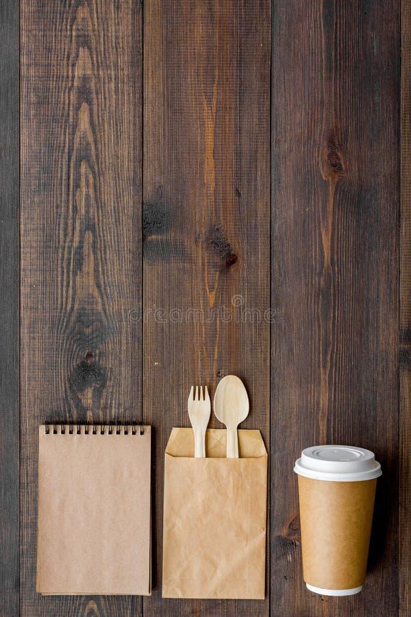 Cosas disponibles Vajilla y cuaderno en copyspace de madera de la opinión superior del fondo fotos de archivo libres de regalías