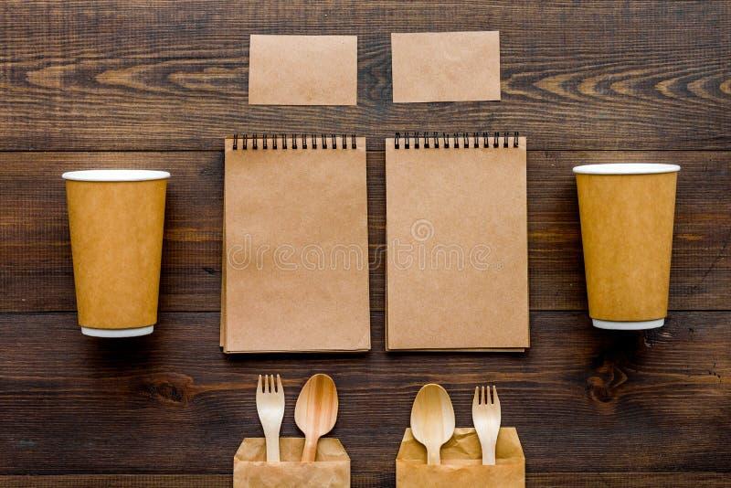 Cosas disponibles Vajilla y cuaderno en la opinión superior del fondo de madera fotos de archivo