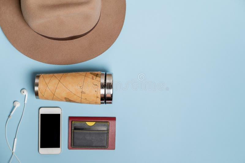 Cosas que viajan con el sombrero, tarjeta de banco, termo Visión superior imagen de archivo