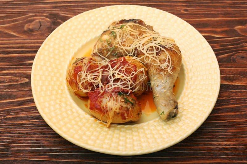 Coscie di pollo arrostite con la patata fotografia stock