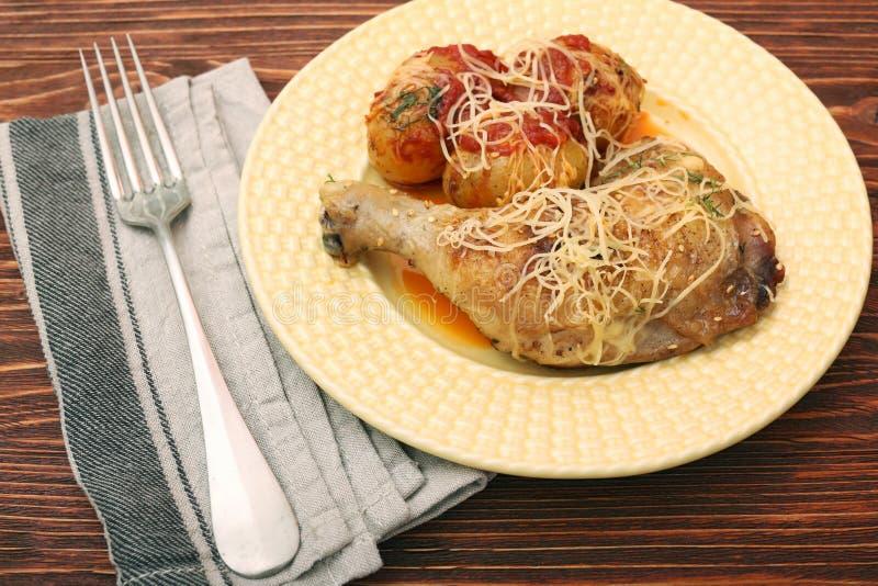 Coscie di pollo arrostite con la patata immagini stock libere da diritti