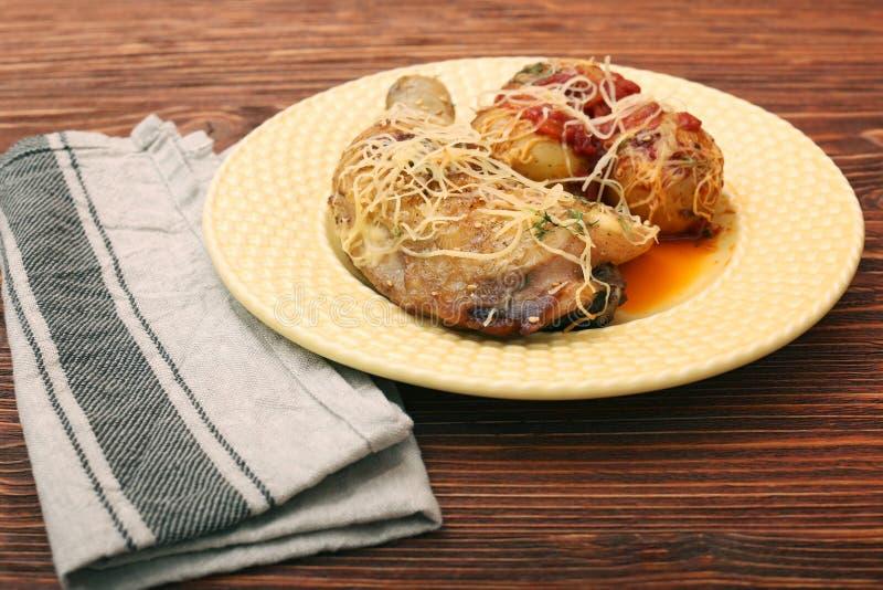 Coscie di pollo arrostite con la patata immagini stock
