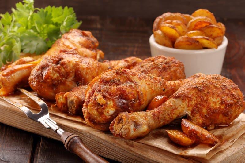 Coscie di pollo arrostite con le patatine fritte e le verdure fotografie stock