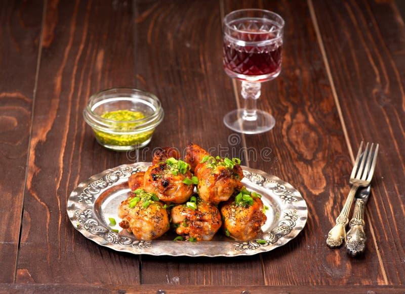 Coscie di pollo arrostite con salsa piccante piccante fotografie stock libere da diritti