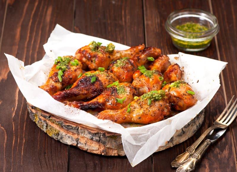 Coscie di pollo arrostite con salsa piccante piccante immagini stock