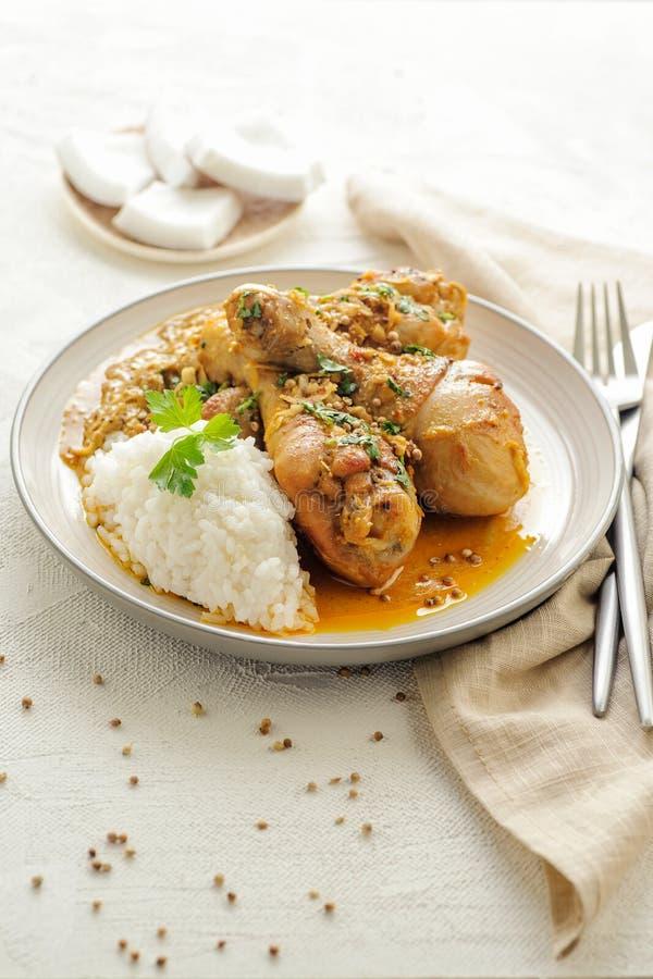 Coscie di pollo brasate in salsa della noce di cocco e del curry fotografie stock libere da diritti