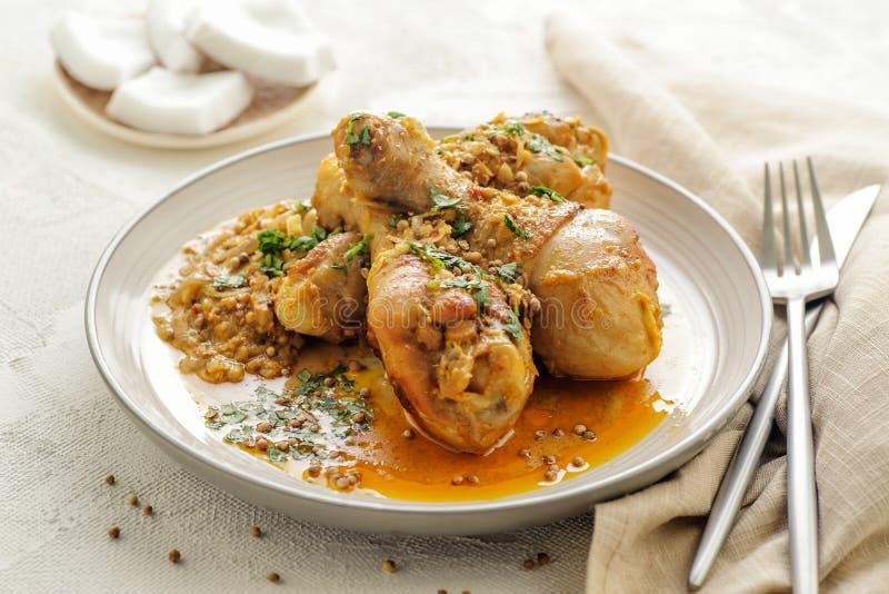 Coscie di pollo brasate in salsa della noce di cocco e del curry fotografia stock