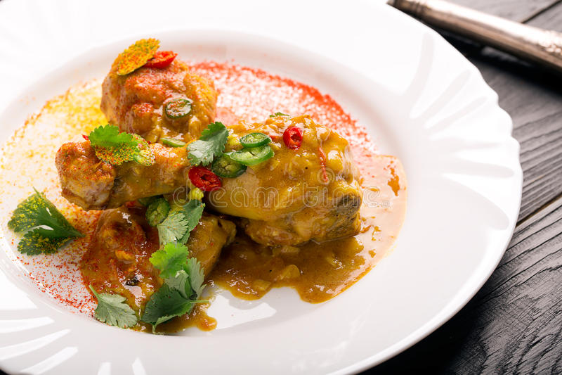 Coscie di pollo deliziose con curry fotografia stock
