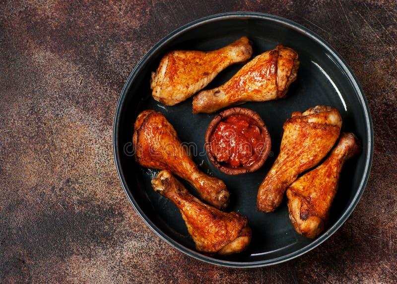 Coscie di pollo piccanti arrostite con salsa al pomodoro fotografia stock