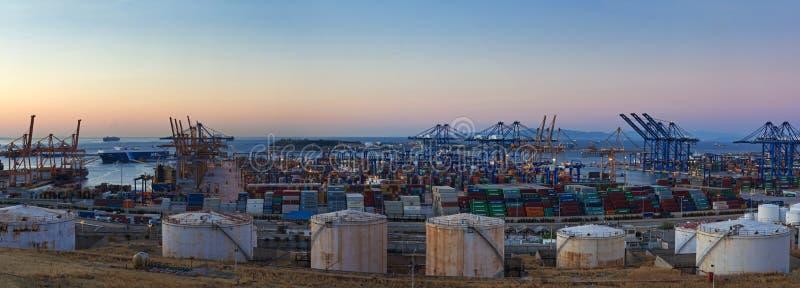 Cosco-Containerbahnhof an der Dämmerung, Griechenland stockfoto