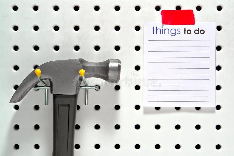 Cose per fare lista e martello immagini stock