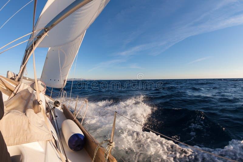 Cosecha del barco de navegación en el mar imagenes de archivo