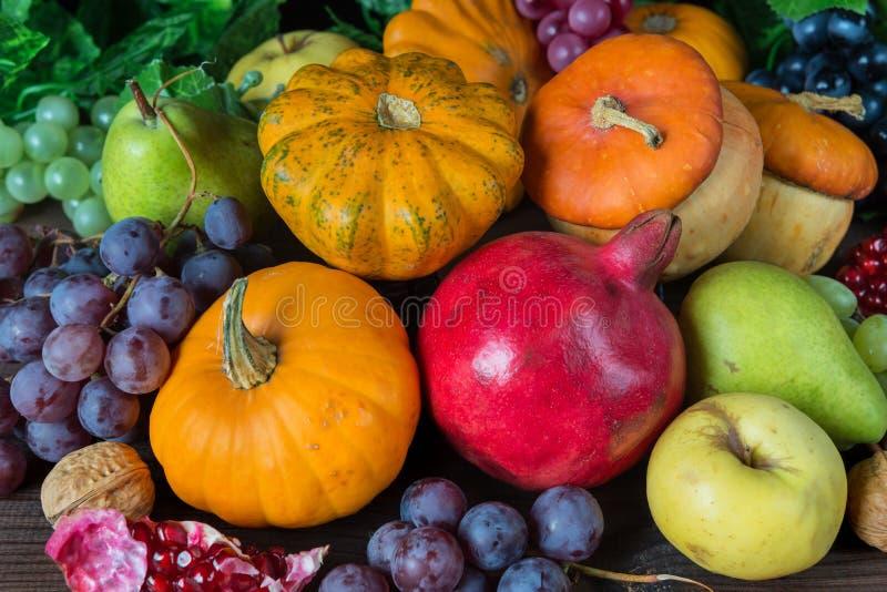 Cosecha rica de diversas frutas imagen de archivo libre de regalías