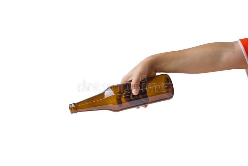 Cosechado de la mano de la mujer que sostiene la botella de cerveza sin la etiqueta aislada en el fondo blanco La trayectoria de  fotos de archivo libres de regalías