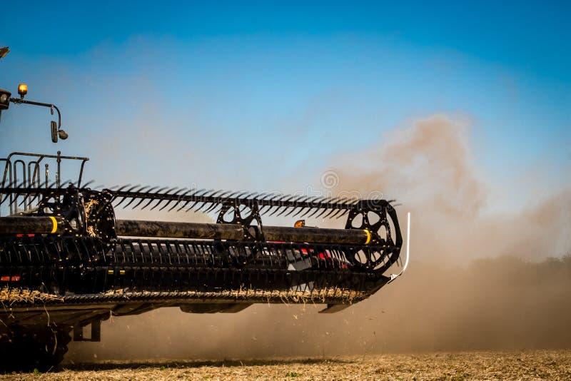 Cosechadora de la máquina segador durante cosecha de la soja del otoño en Illinois imagen de archivo